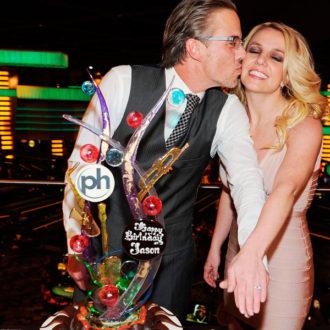 Britney Spears y Jason Trawick mostrando sus alianzas