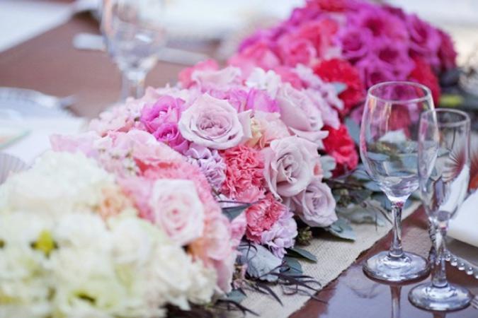 centros de mesa de flores en color degradado para boda