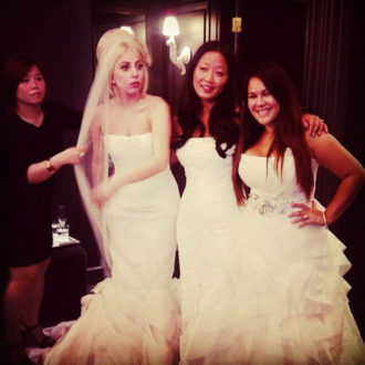 Lady Gaga probándose vestidos de novia