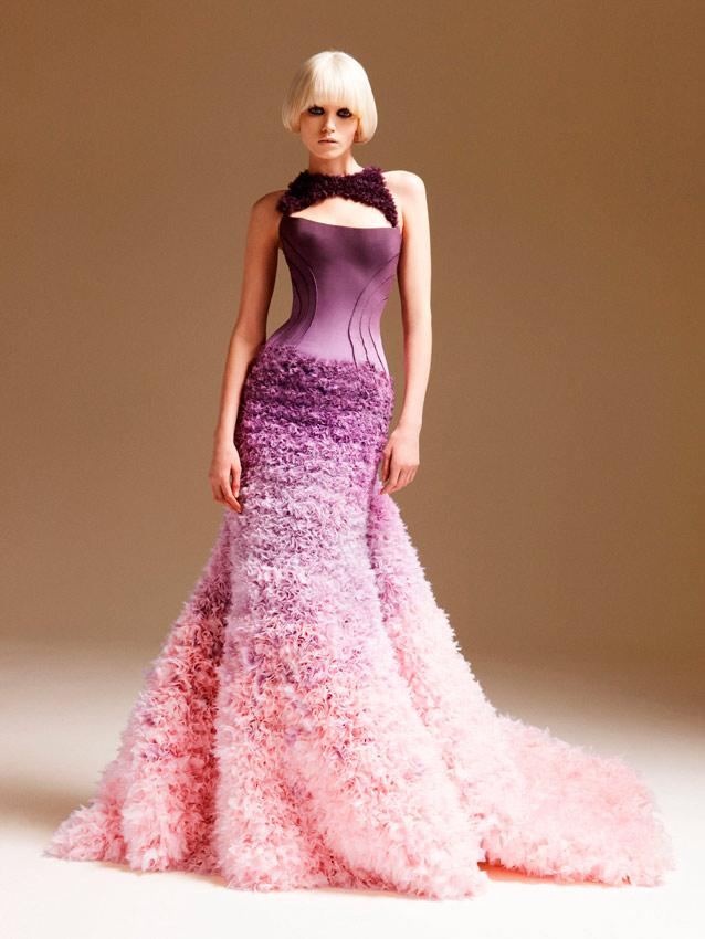 novia con vestido degradado de lila a rosa de Versace