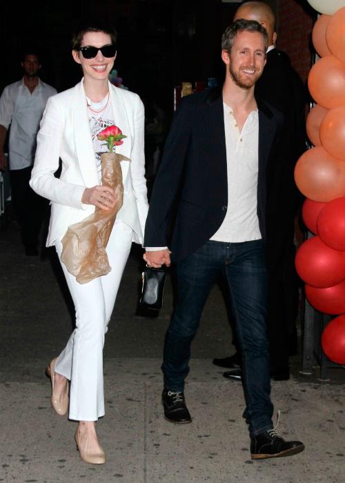 foto de pareja de Anne Hathaway y Adam Shulman