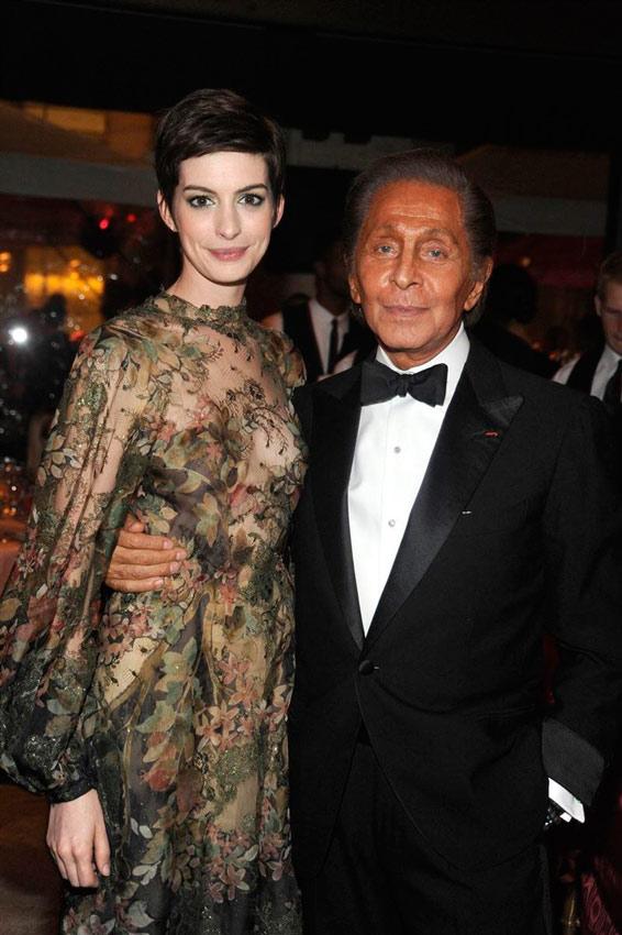 Anne Hathaway acompañada de Valentino en un evento