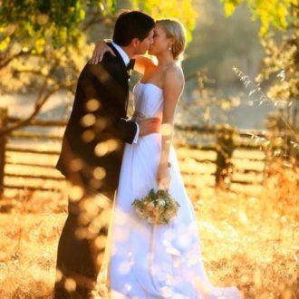 pareja de novios besándose en el campo otoñal