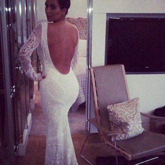 Kim Kardashian probándose un vestido de novia