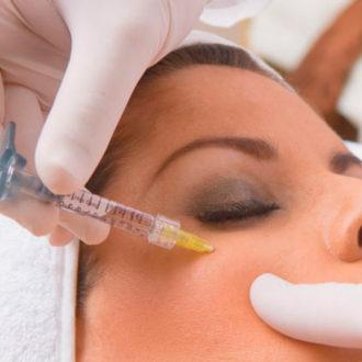 chica siendo intervenida de mesoterapia facial