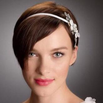 novia con pelo corto, peinado con flequillo largo y diadema