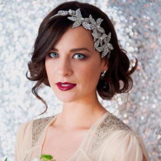 novia con pelo corto peinado con diadema brillante