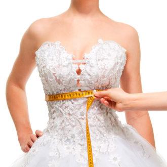 persona midiendo la cintura de una novia