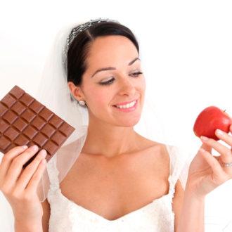 novia comiendo una manzana y chocolate