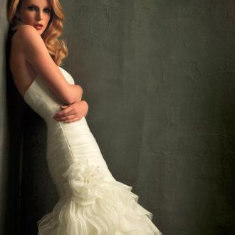 vestido de novia corte sirena apoyada en la pared