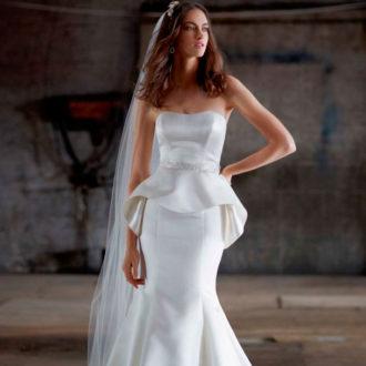 novia con vestido péplum de David's Bridal