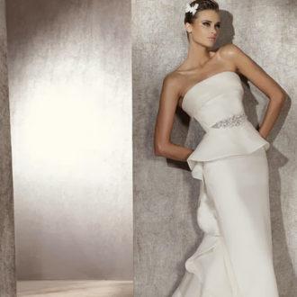 novia con vestido péplum de Pronovias