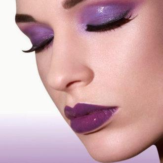 maquillaje color lila morado en ojos y labios efecto mojado
