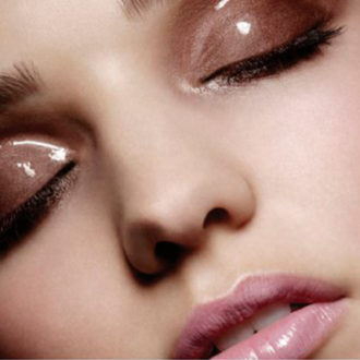 detalle maquillaje efecto mojado en ojos