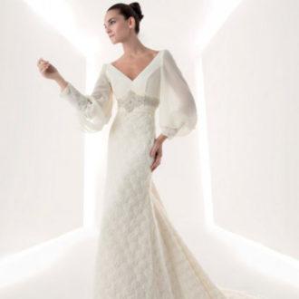 novia con vestido largo de corte evasé, escote en V y manga larga abombada de Franc Sarabia