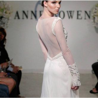 novia con vestido con manga bordada y espalda transparente de Anne Bowen en pasarela