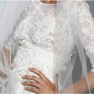 novia con vestido de manga francesa de Elie Saab para Pronovias