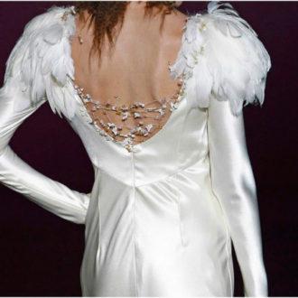 novia con vestido de manga larga y plumas en los hombros de Isabel Zarpadiez
