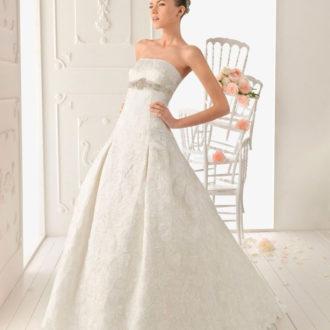 novia con vestido con adornos de pedrería de Aire Barcelona