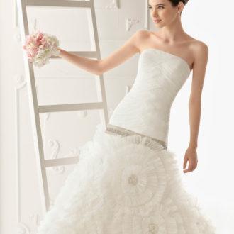 novia con vestido estilo princesa con pedrería de Aire Barcelona