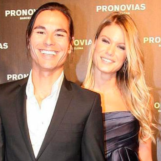 foto de pareja de Julio José Iglesias y Charisse Verhaert en photocall de Pronovias