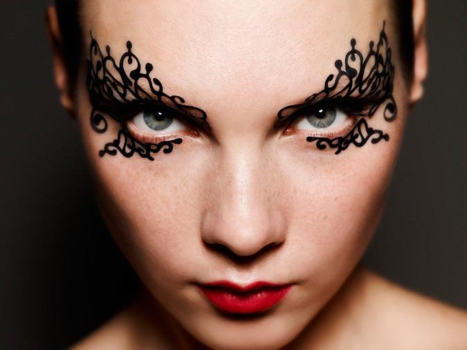 maquillaje de encaje alrededor de los ojos