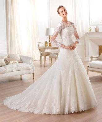 novia con vestido con transparencias en las mangas de Pronovias