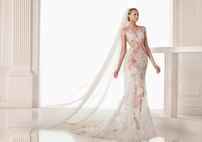 novia con vestido con transparencias en todo el cuerpo de Pronovias