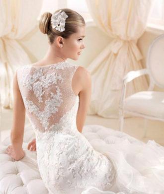 novia con vestido con transparencias en la espalda de La Sposa