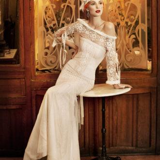 novia con vestido con transparencias en pecho y mangas de YolanCris