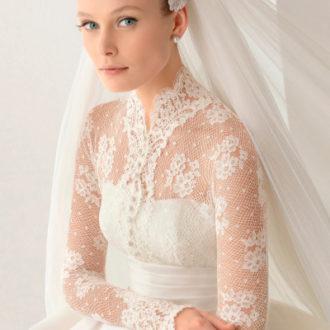 novia con vestido con transparencias en pecho y mangas de Rosa Clará