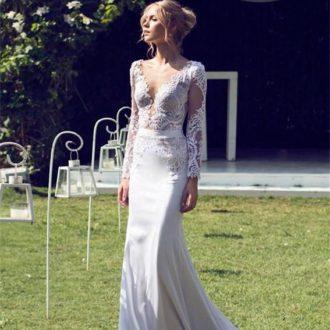 novia con vestido con transparencias en torso y mangas de Riki Dalal
