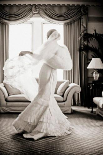 novia con vestido en color blanco con estola de piel