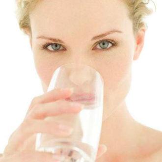 novia bebiendo agua