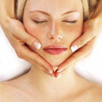 novia tumbada recibiendo un masaje facial