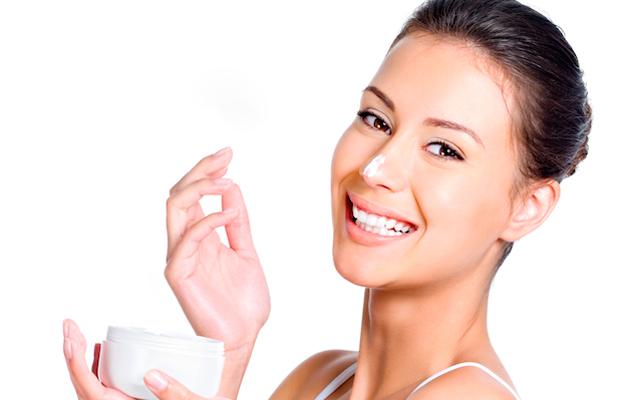 novia echándose crema hidratante en la cara