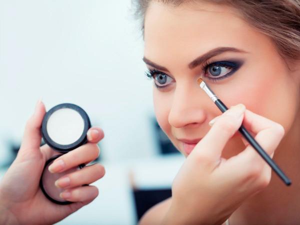 maquilladora maquillando ojos de la novia
