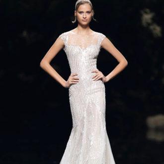 novia con vestido de brillos de Pronovias en pasarela