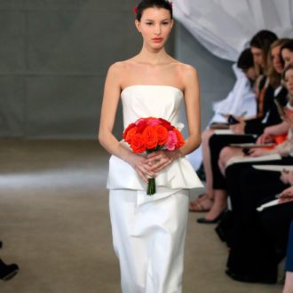 novia con vestido péplum de Carolina Herrera en pasarela