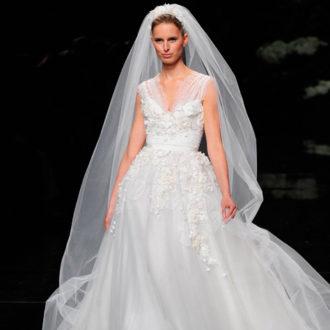novia con vestido estilo princesa de Elie Saab en pasarela