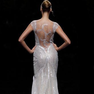 novia con vestido de brillos de Pronovias en pasarela, por detrás