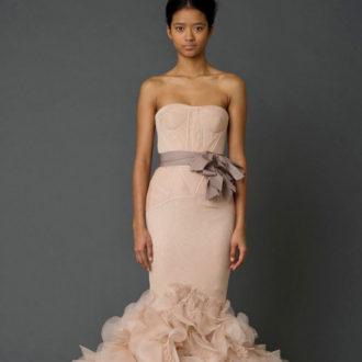 novia con vestido en color rosa de Vera Wang