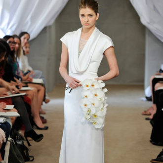 novia con vestido con cuello caído de Carolina Herrera en pasarela