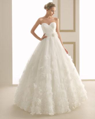 novia con vestido estilo princesa de Luna Novias