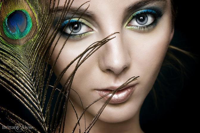 novia con maquillaje de pavo real con pluma