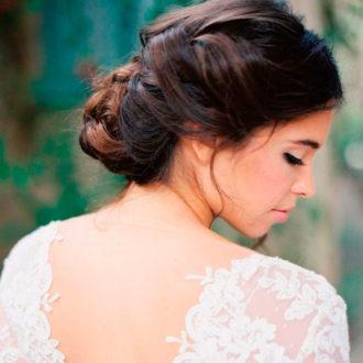 novia con recogido hecho a base de trenzas y vestido strapless