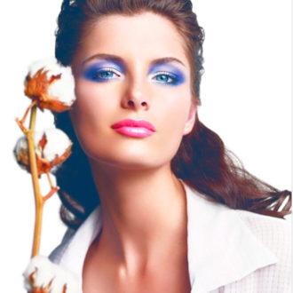 novia con ojos maquillados en color azul con la piel perfecta