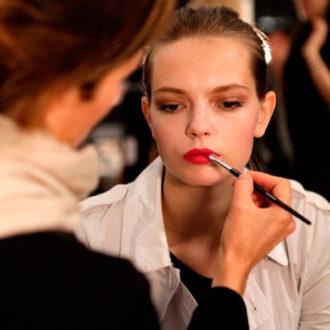 maquilladora pintando labios a novia