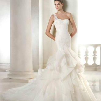 corte sirena con escote asimétrico vestido de novia