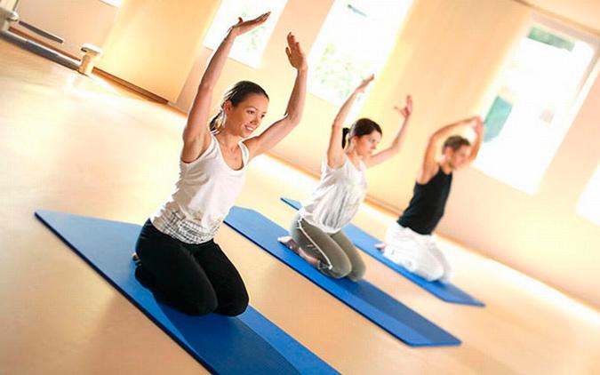 chicas haciendo Pilates para ponerse en forma